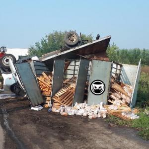 В Пензе перевернулся грузовик с хлебом