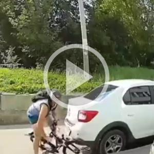 """ДТП, где пензенский велосипедист """"таранит"""" авто и скрывается, попало на видео"""