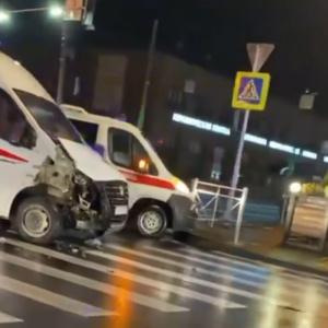 В центре Пензы в аварию попали машина «скорой помощи» и маршрутка