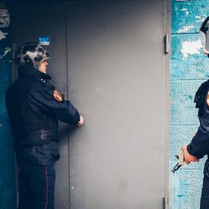 В Пензе мужчина пытался проникнуть к незнакомке и разгромил вход в квартиру